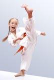 O sportwoman pequeno é um pé circular do pontapé da batida Imagens de Stock Royalty Free