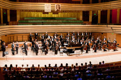 O SR. orquestra sinfónica executa Foto de Stock Royalty Free