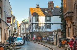 O St casa a rua com lotes das bicicletas estacionadas perto, Cambridge Imagem de Stock