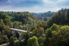O St Gallen Bridge Trail, montanhas e picos ajardina o fundo, ambiente natural Imagens de Stock