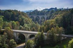 O St Gallen Bridge Trail, montanhas e picos ajardina o fundo, ambiente natural Fotografia de Stock