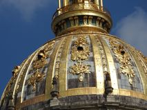 O St Louis Cathedral e museu Les complexo Invalides, Paris, França é o lugar do enterro de muitos heróis da guerra em França, tam imagens de stock royalty free