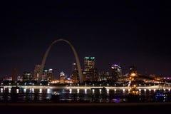O St Louis Skyline na noite fotos de stock