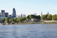 30 o St Mary Axe e ponte da torre no rio Tamisa deposita em Londres, Inglaterra, Europa Imagens de Stock