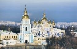 O St Michael dourou a catedral em Kiev fotos de stock