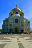 O St Nicholas Naval Cathedral e Yakornaya esquadra em Kronstadt, St Petersburg, Rússia Imagens de Stock Royalty Free
