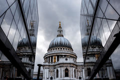 O St Paul Cathedral refletiu no prédio de escritórios de vidro em Londres Fotos de Stock Royalty Free