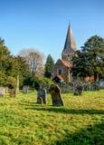 O St pitoresco James Church em Shere, Surrey Foto de Stock