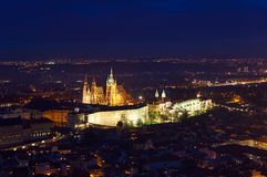 O St Vitus Cathedral em Praga iluminou-se acima na noite Imagens de Stock