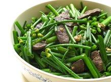 O Stir do fígado da carne de porco fritou com os cebolinhos de alho de florescência imagem de stock