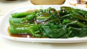O Stir fritou o kale chinês com molho da ostra fotos de stock