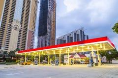 O streetview do amanhecer em ilhas ensolaradas encalha com posto de gasolina Imagem de Stock Royalty Free