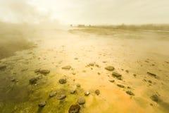 O Strokkur vívido em Geysir como parte do círculo dourado em Islândia Imagem de Stock Royalty Free