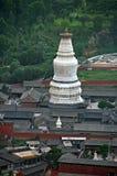 O stupa branco gigantesco do templo de Tayuan em Wutai foto de stock