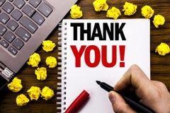 O subtítulo conceptual do texto da escrita da mão agradece-lhe Conceito do negócio para a mensagem dos agradecimentos escrita no  imagens de stock royalty free