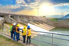 O sucesso da equipe de planejamento junto para desenvolver o poder de água na represa gerar a eletricidade fotos de stock royalty free