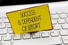 O sucesso da escrita do texto da escrita é dependente do esforço O significado do conceito faz o esforço para suceder a estada pe imagem de stock