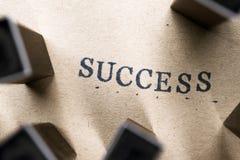 o sucesso da palavra da letra do alfabeto do selo rotula a fonte no papel FO fotografia de stock