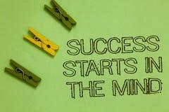 O sucesso do texto da escrita da palavra começa na mente O conceito do negócio para manda pensamentos positivos realizar o que vo fotos de stock
