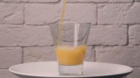 O suco é derramado em um vidro filme