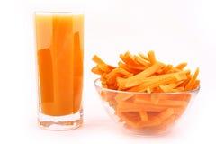 O suco de cenoura fresco isolou-se Fotos de Stock