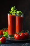 O suco de tomate serviu com pepino, aipo, tomate e ses pretos Imagens de Stock Royalty Free