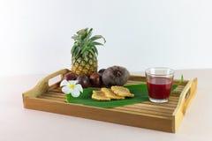 O suco e a mistura frescos são aperto dos frutos reais para o saque agora foto de stock