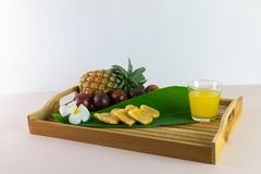 O suco e a mistura frescos são aperto dos frutos reais para o saque agora imagem de stock