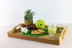 O suco e a mistura frescos são aperto dos frutos reais para o saque agora fotos de stock