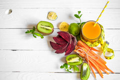 o suco fresco com frutos Imagem de Stock Royalty Free