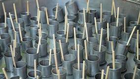 O suco posto no tubo e feito com o gelo seco, congelado Fotografia de Stock
