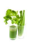 O suco verde fresco puro do aipo no vidro isolou-se Foto de Stock