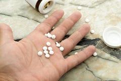 O suic?dio de consigna??o do homem overdosing na medicamenta??o Feche acima dos comprimidos e do viciado da overdose imagem de stock royalty free