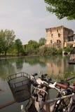 O sul Mincio de Borghetto é uma das vilas as mais bonitas em Itália, um daqueles lugares que parecem irreais Fotografia de Stock