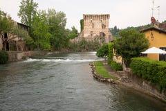 O sul Mincio de Borghetto é uma das vilas as mais bonitas em Itália, um daqueles lugares que parecem irreais Fotos de Stock Royalty Free