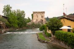O sul Mincio de Borghetto é uma das vilas as mais bonitas em Itália, um daqueles lugares que parecem irreais Fotografia de Stock Royalty Free