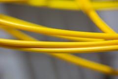 O sumário colorido dos cabos bondes e dos fios borrou a imagem para o uso como um fundo imagem de stock royalty free