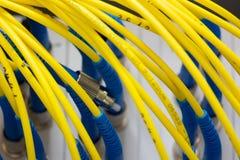 O sumário colorido dos cabos bondes e dos fios borrou a imagem para o uso como um fundo fotografia de stock