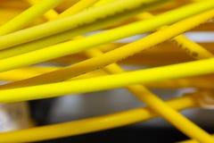 O sumário colorido dos cabos bondes e dos fios borrou a imagem para o uso como um fundo fotos de stock royalty free