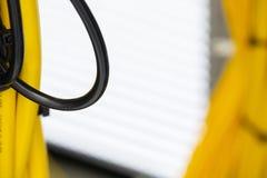 O sumário colorido dos cabos bondes e dos fios borrou a imagem para o uso como um fundo imagens de stock