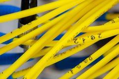 O sumário colorido dos cabos bondes e dos fios borrou a imagem para o uso como um fundo foto de stock royalty free