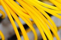 O sumário colorido dos cabos bondes e dos fios borrou a imagem para o uso como um fundo fotos de stock