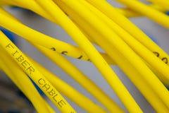 O sumário colorido dos cabos bondes e dos fios borrou a imagem para o uso como um fundo imagens de stock royalty free