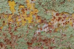 O sumário corroeu a pintura artística oxidada da casca da parede do ferro colorido do fundo do grunge do papel de parede Foto de Stock