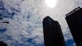 O sumário de nebuloso com o obscuro da luz do sol está sobre a obscuridade Fotos de Stock
