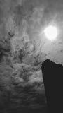 O sumário de nebuloso obscuro com a luz do sol está sobre o buildin Imagens de Stock