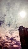 O sumário de nebuloso obscuro com a luz do sol está sobre o buildin Fotografia de Stock