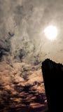 O sumário de nebuloso obscuro com a luz do sol está sobre o buildin Fotos de Stock Royalty Free