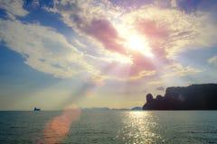 O sumário dourado do conceito da esperança da luz do céu borrou o fundo foto de stock