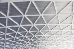 O sumário preto e branco metálico brilhante futurista curvou o projeto e o teste padrão geométricos do telhado fotos de stock royalty free